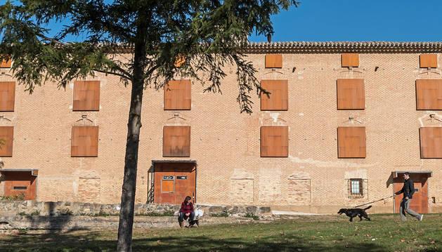 Imagen de la fachada sur del antiguo convento de San Benito, tal y como lucía este miércoles por la mañana  tras la retirada de las numerosas pintadas.