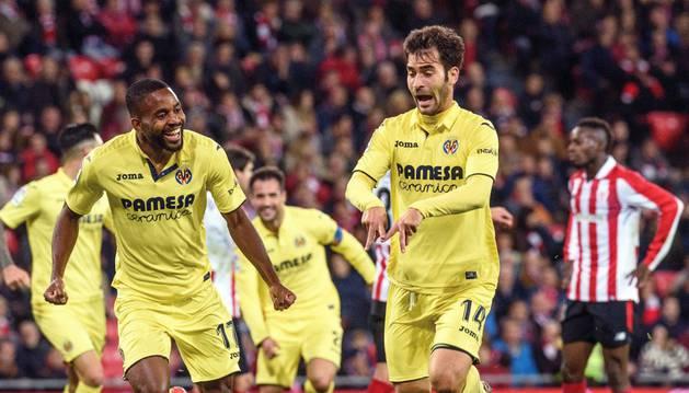 Trigueros celebra junto a Bakambu el gol anotado la pasada jornada al Athletic