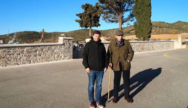 Desde la izda., el alcalde, Unai Lako, y Francisco Javier Oyarzun Celaya, ante el muro del cementerio restaurado.