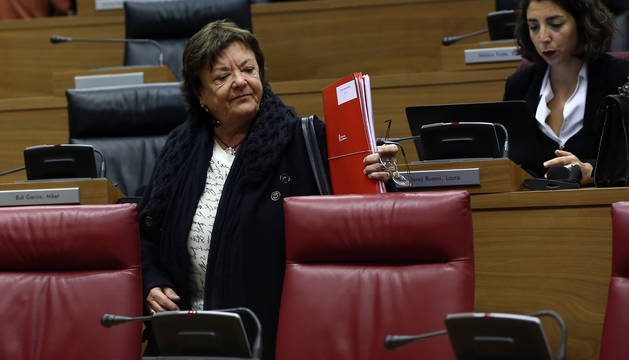 La consejera Beaumont, ayer en el pleno del Parlamento junto a Laura Pérez (Podemos).