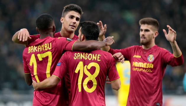 Bakambu celebra uno de sus goles junto a sus compañeros del Villarreal
