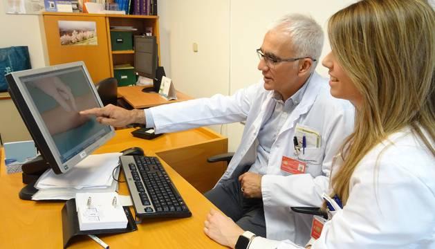 Dos médicos trabajan en una consulta.