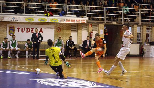 Pedro dispara a la portería en el último partido disputado en el Ciudad de Tudela.