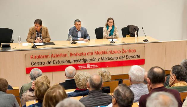 De izquierda a derecha, el subdirector de Gestión y Recursos, Carlos Arana; el vicepresidente Laparra; y la directora gerente de la Agencia Navarra de Automía y Desarrollo de las Personas, Inés Francés.
