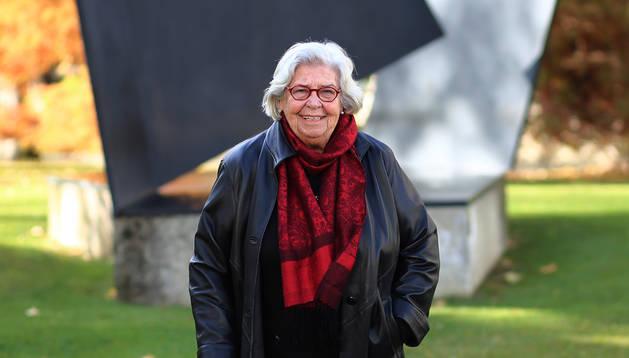 Marysa Navarro posa junto a la escultura de Oteiza en el campus de la Universidad Pública de Navarra.