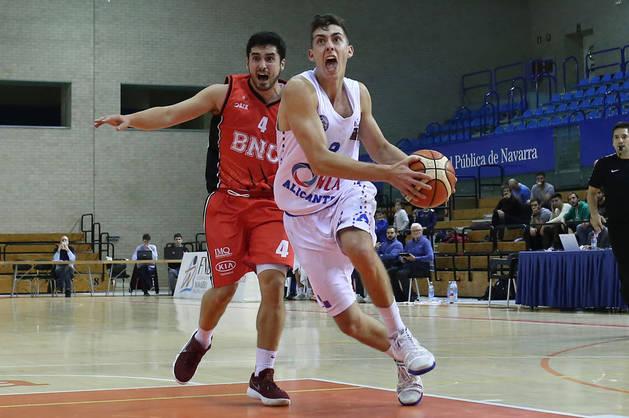 Imagen del base del Basket Navarra, Álex Calvo, ante Adrián Chapela, del Alicante, este viernes.