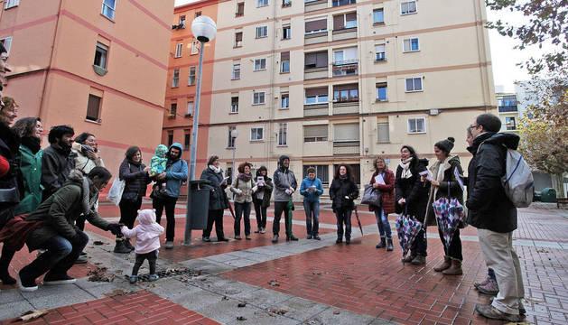 Los participantes del paseo durante una parada en la Unidad de Barrio de La Milagrosa.