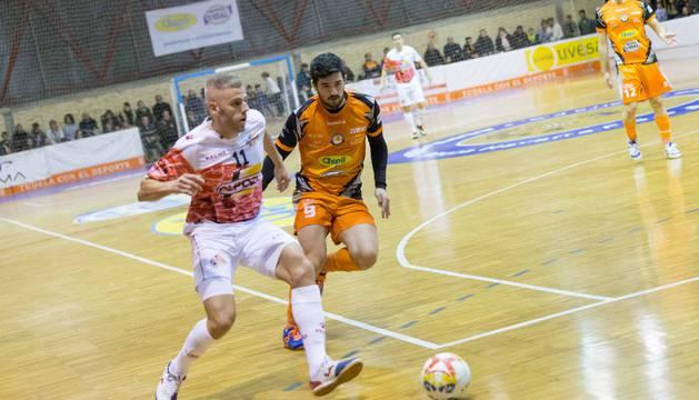 El jugador de ElPozo Miguelín conduce el balón presionado por Iago, futbolista del Ribera, en el partido de ayer.