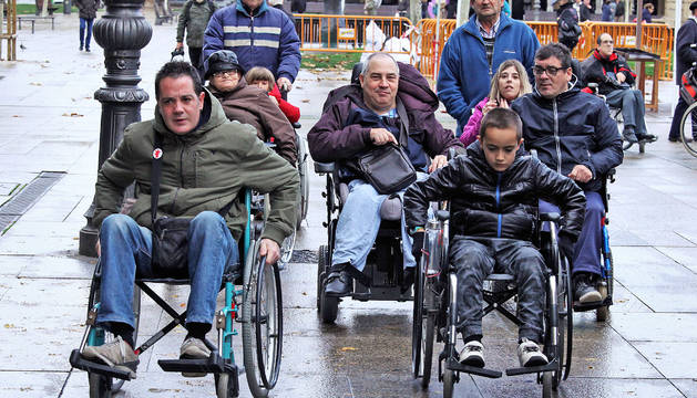 Mikel Abárzuza, vecino de Sarriguren y su hijo Aimar, probando la 'discapacidad' ayer en Carlos III.