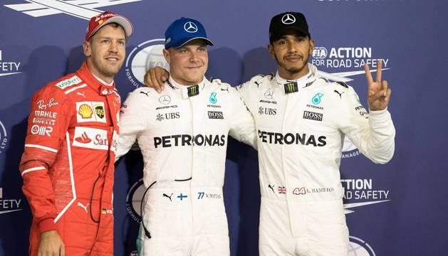 Valteri Bottas, entre Sebastian Vettel y Lewis Hamilton.