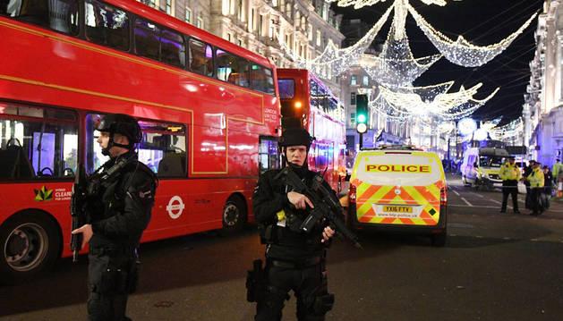 Imagen de varios policías armados vigilando los alrededores de la estación de metro de Oxford Circus, en Londres, tras el incidente.