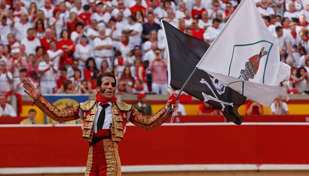 Juan José Padilla, con la bandera pirata y la de Anaitasuna, el 12 de julio de 2014.