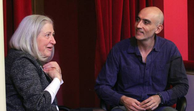 Sanzol y Teresa Catalán charlan en el Teatro de la Comedia, en Madrid.