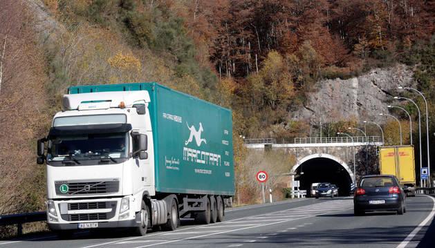 En una imagen de días pasados, un camión abandona la boca sur del túnel de Belate.