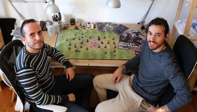 A la izquierda, Carlos Pileño, ingeniero de formación, junto al diseñador Javier Vidorreta.