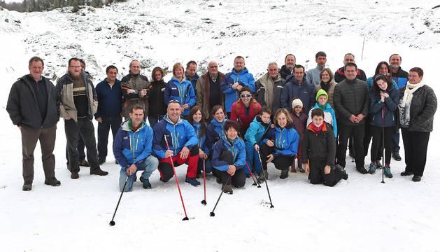 Los pastores y los esquiadores que participaron en la ceremonia del paso de los bastones.