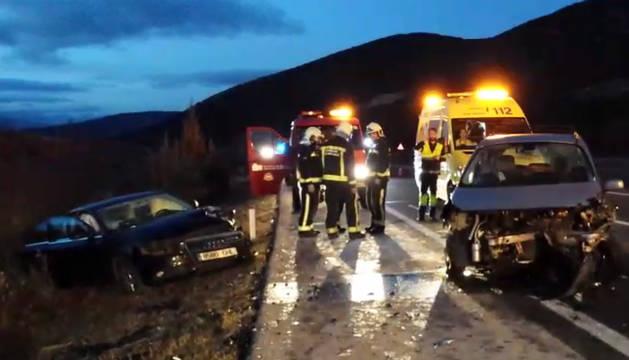 Bomberos y ambulancias, junto a los coches accidentados.