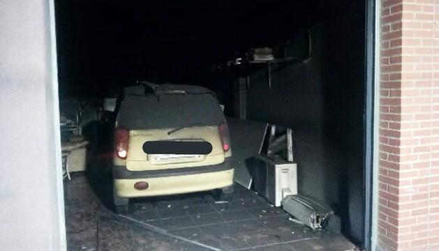 Imagen del estado en el que quedó el garaje donde comenzó el incendio en una casa de Tudela.
