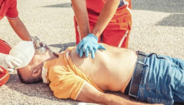Un hombre recibe primeros auxilios.