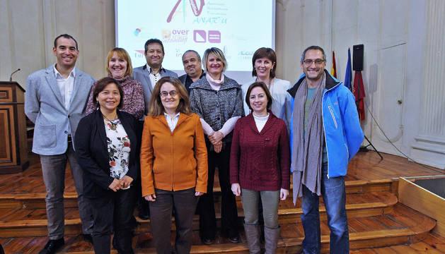 Karlos Agirre, Maitena Ezkutari y María Bezunartea posan con representantes de las empresas que conforman ANARTU.