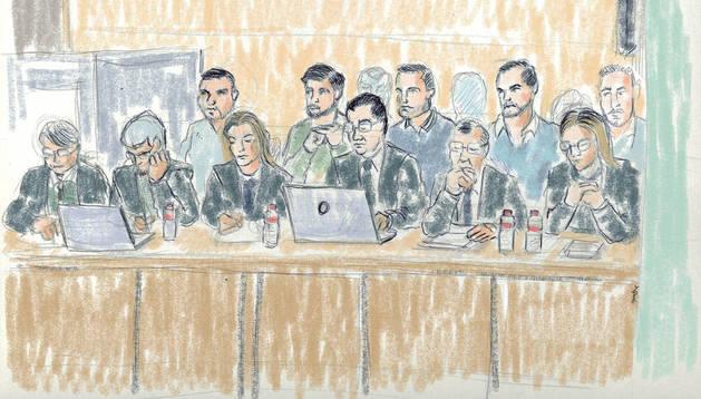 Los cinco acusados, detrás, y sus abogados escuchan las conclusiones de la fiscal en la sesión de ayer