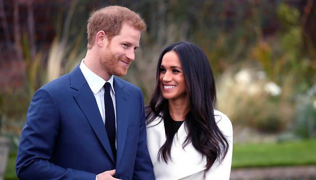 El príncipe Enrique y Meghan Markle han posado para los fotógrafos este lunes en el palacio de Kensington.