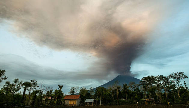 Imagen del volcán Agung, en Bali (Indonesia).