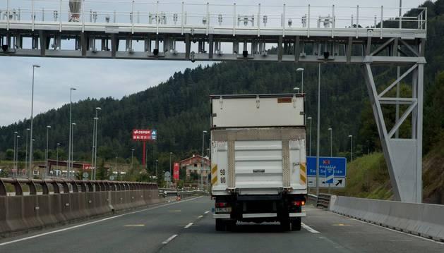 Un transporte atraviesa por debajo del arco instalado en la vertiente guipuzcoana del alto de Etxegarate, en la N-1.