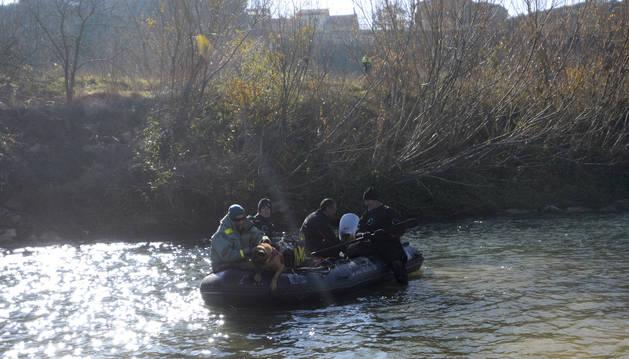 Bomberos y el Servicio Cinológico de la Guardia Civil participaron ayer en la búsqueda.