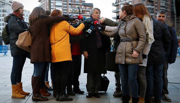 El abogado Agustín Martínez Becerra atiende a los periodistas a su llegada este martes al Palacio de Justicia de Navarra.