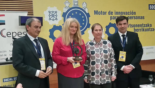 Ulla Engelmann recibe de manos de Uxue Barkos un reconocimiento por el trabajo e impulso que está realizando en la Comisión Europea por la economía social.