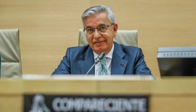 El coronel jefe de la UCO, Manuel Sánchez Corbí (d), durante su comparecencia en la comisión que investiga en el Congreso de los Diputados la presunta financiación ilegal del Partido Popular.