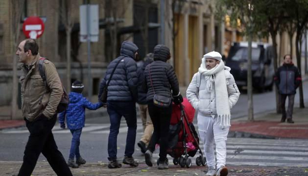 Los abrigos comienzan a verse ya por Pamplona, tal y como se ve en la fotografía tomada ayer en el Paseo de Sarasate.