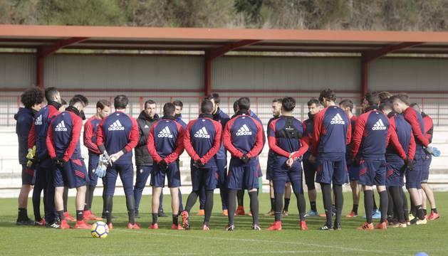 Los jugadores del equipo atienden las explicaciones de Diego Martínez ayer en Tajonar.