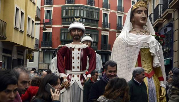 Imágenes del recorrido de los gigantes y cabezudos de Pamplona por San Saturnino