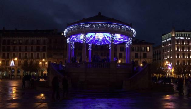El kiosko de la Plaza del Castillo iluminado