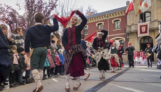 Parejas de Ibai Ega bailan al son de la Academia Deierri en su salida del ayuntamiento. Preparadas detrás, las de La Virgen del Puy y San Andrés.