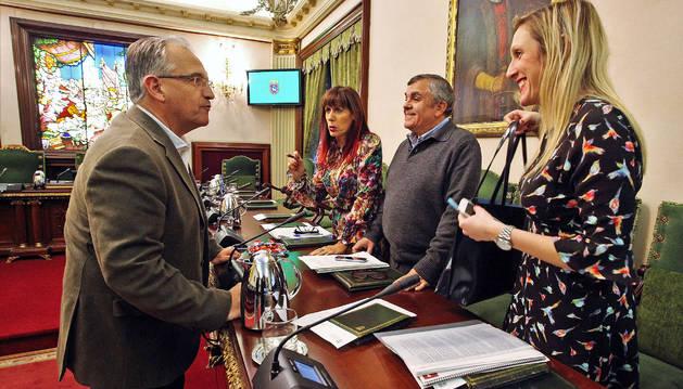Maya (UPN) habla ayer con los tres concejales socialistas.