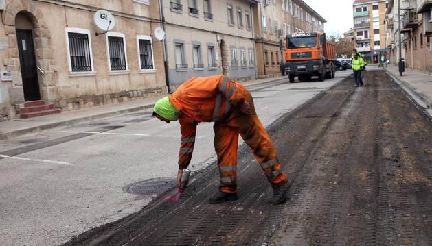 Varios operarios trabajan en las obras que se llevan a cabo en la calle Del Estanque (antigua Enériz Ochoa).