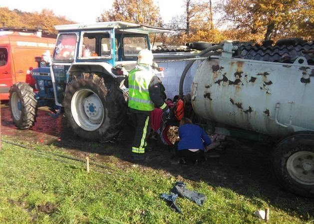 Los bomberos, junto al tractor del fallecido.