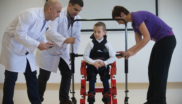 El niño, Jens, con el exoesqueleto.
