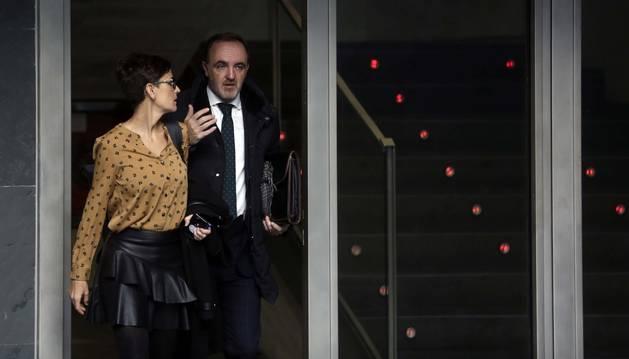 María Chivite (PSN) y Javier Esparza, ayer, accediendo al pleno del Parlamento en el que se debatían enmiendas a la reforma fiscal del Gobierno.