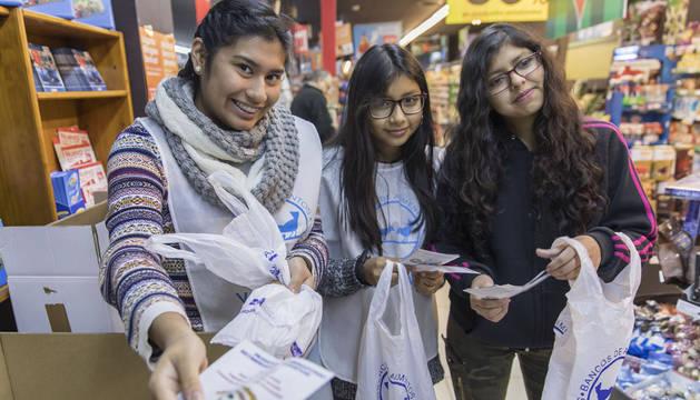 Desde la izda.: Leyre Alomía Vargas, Erika Vera Wajari y Michelle Terceros Saavedra, alumnas de Santa Catalina Labouré ejerciendo de voluntarias en la Gran Recogida del Banco de Alimentos.