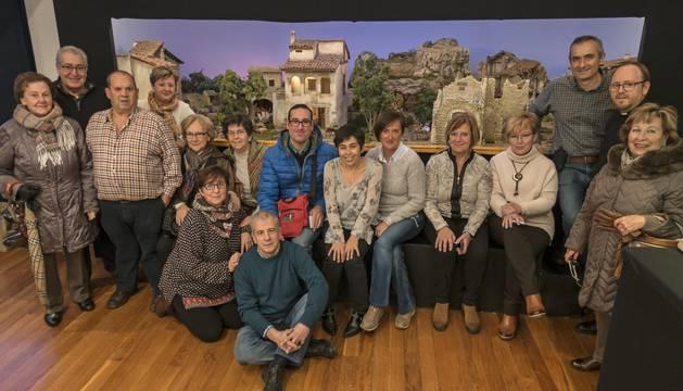 Grupo de belenistas que han participado en la elaboración de los diferentes diseños, delante del de mayor tamaño, expuestos en la casa de cultura.