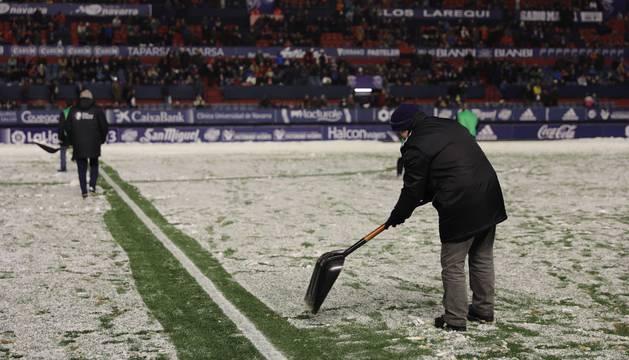 La nieve ha caído en el estadio pamplonés minutos antes del encuentro que enfrenta a Osasuna y Nàstic.