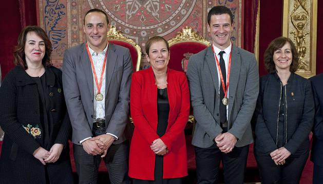 Los expelotaris Martinez de Irujo y Barriola, junto con la presidenta del Parlamento, Ainhoa Aznárez (izda), la presidenta del Gobierno, Uxue Barkos (centro) y la consejera Herrera (dcha.).
