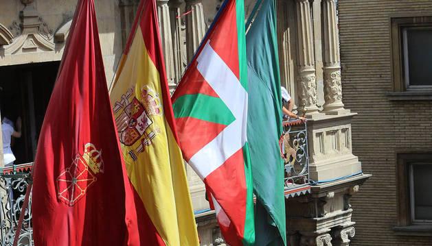 La ikurriña, entre las banderas oficiales, en el chupinazo de los pasados Sanfermines.