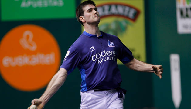 El pelotari José Javier Zabaleta, en un partido anterior, se impuso ayer junto a Ezkurdia.