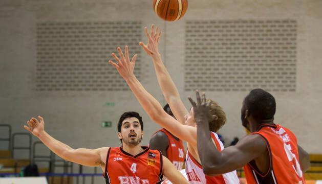 Álex Calvo y Kone Moussa observan al balón ante un rival.