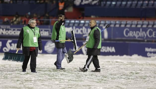 Juan Carlos Sanz, en el centro de la imagen, protesta durante los trabajos para retirar la nieve del estadio rojillo.
